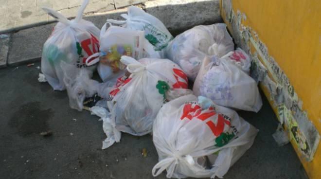 Vecchi cassonetti stracolmi e rifiuti nelle strade del centro