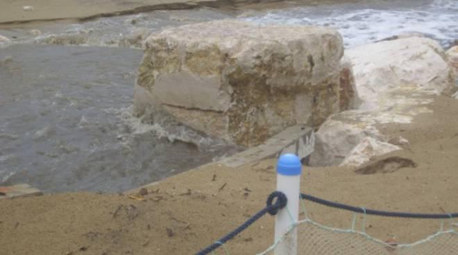 Mareggiata sul lungomare: l'acqua divora la spiaggia