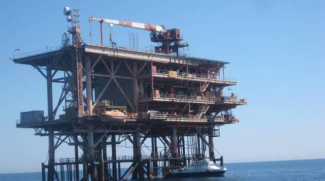 Esercitazione in alto mare piattaforma Rospo mare petrolio