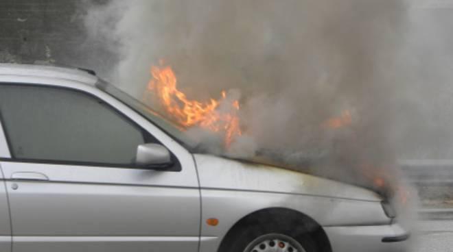 Auto in fiamme sulla statale 16