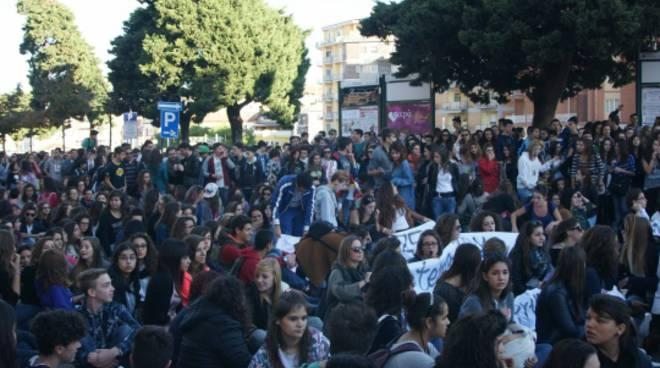 Il lungo corteo degli studenti contro i tagli