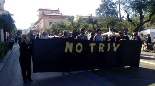 Corteo e striscioni: la protesta no-triv