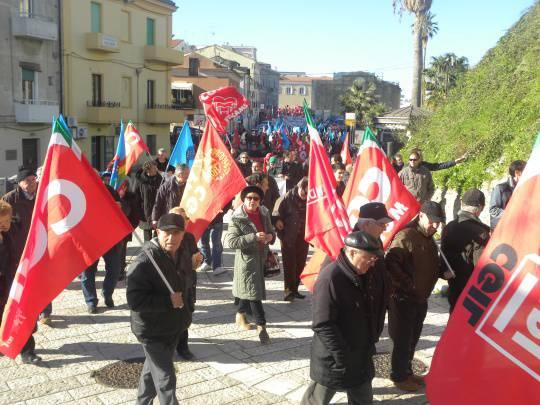 Facce e striscioni: i manifestanti del Molise che non va