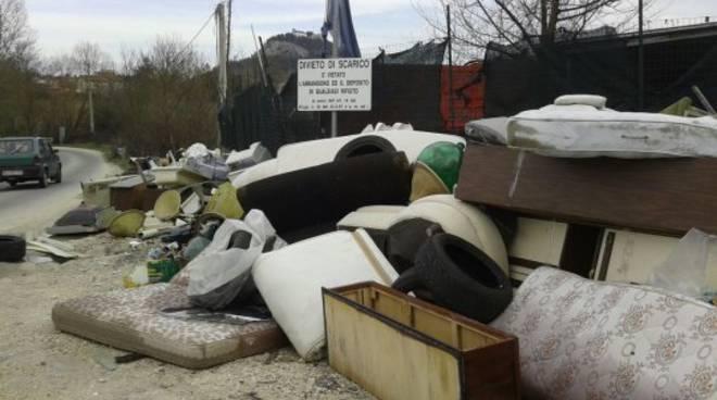 Strada vecchia per Oratino, l'incrocio pericoloso e pieno di rifiuti
