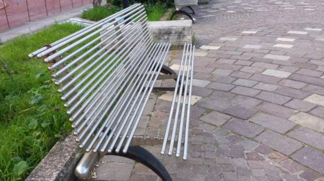 Panchina Lungomare : La panchina dove è impossibile sedersi: linciviltà sul lungomare