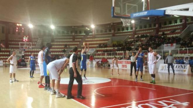 Basket, spettacolo in campo e sugli spalti