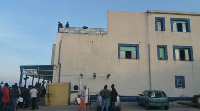 I migranti lasciano l'hotel Modena