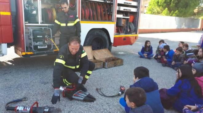 Vigili del fuoco nelle scuole per la sicurezza