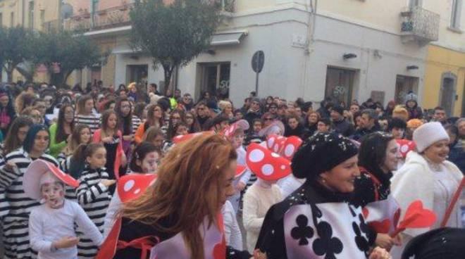 Carnevale villaggio in piazza e due sfilate sui carri