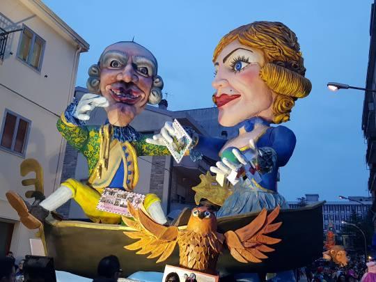 La festa in maschera tra i carri allegorici
