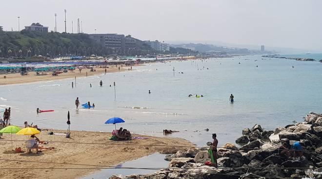 bagnanti sulla spiaggia Termoli