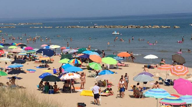 Ombrelloni Per La Spiaggia.Furti Sotto L Ombrellone Si Addormenta In Spiaggia E Si