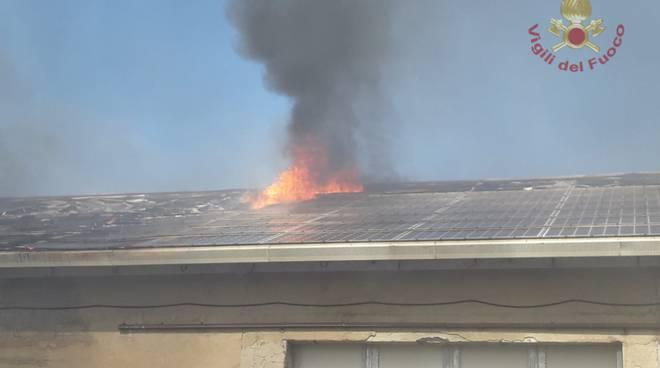 tetto fienile a fuoco