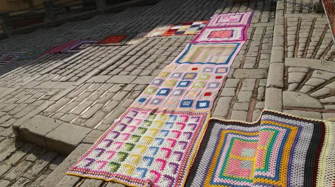 Gomitoli e piastrelle da paesi il tappeto più lungo