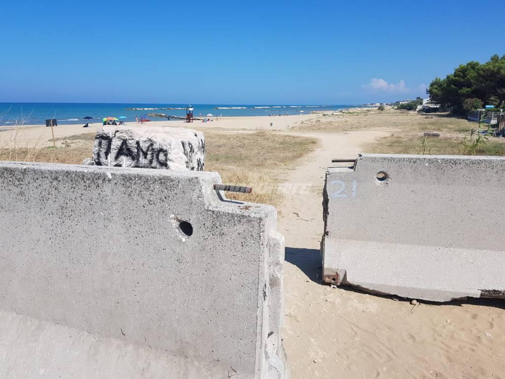lastre-cemento-per-impedire-accesso-in-spiaggia-ai-veicoli-133796
