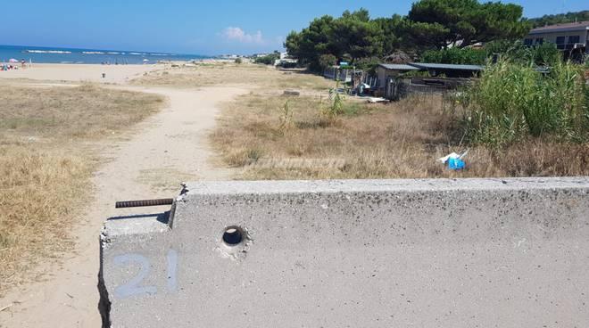 lastre-cemento-per-impedire-accesso-in-spiaggia-ai-veicoli-133797