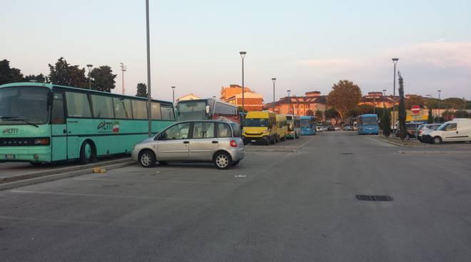 cimitero occupato da autobus