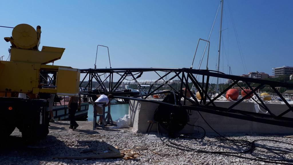 gru-crollata-al-porto-turistico-134525