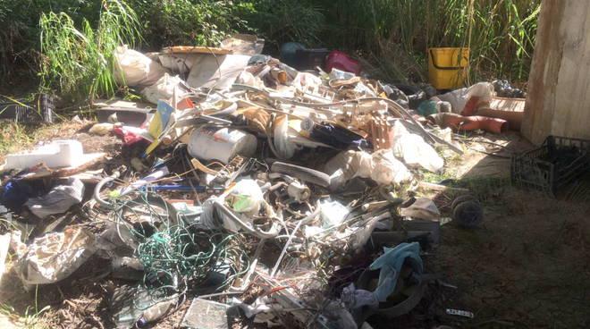 rifiuti-rinvenuti-a-montenero-133932