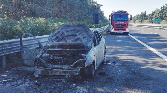 auto-a-fuoco-in-autostrada-137524