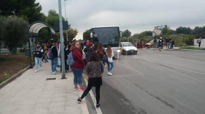 studenti-fermata-bus-137082
