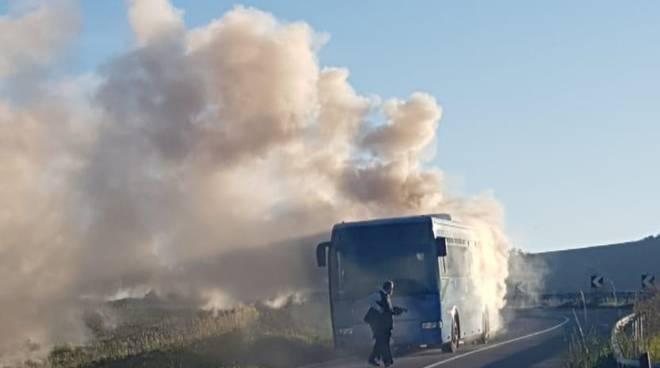 autobus-pieno-di-studenti-a-fuoco-139747