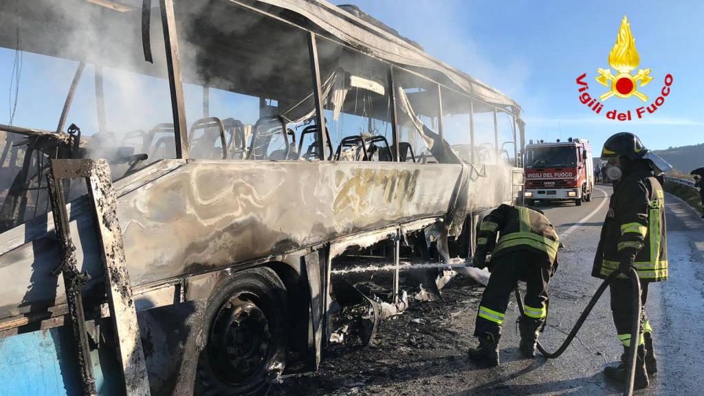 autobus-pieno-di-studenti-a-fuoco-139749