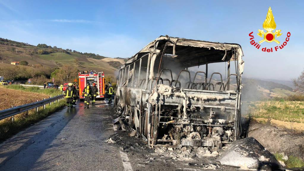 autobus-pieno-di-studenti-a-fuoco-139750