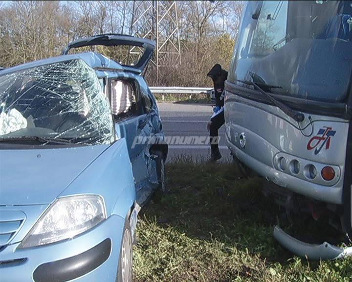 bus-pieno-di-studenti-contro-auto-140082
