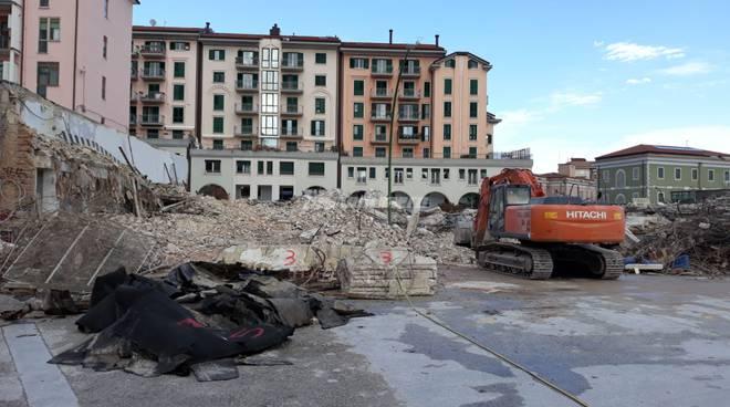 deposito-crollato-demolizione-record-144267