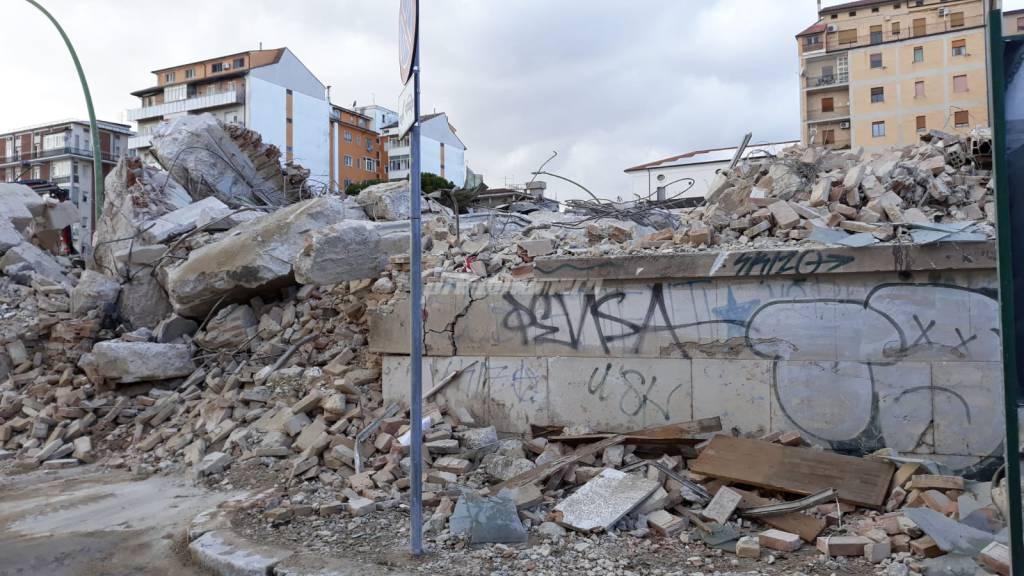 deposito-crollato-demolizione-record-144271
