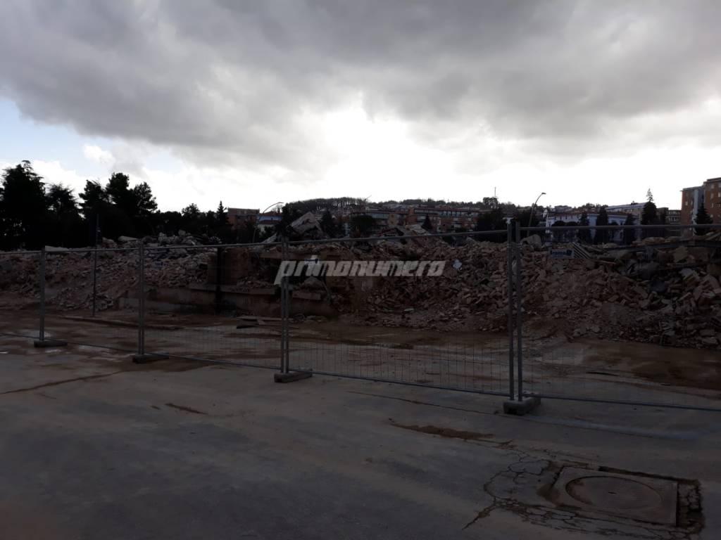 deposito-crollato-demolizione-record-144273