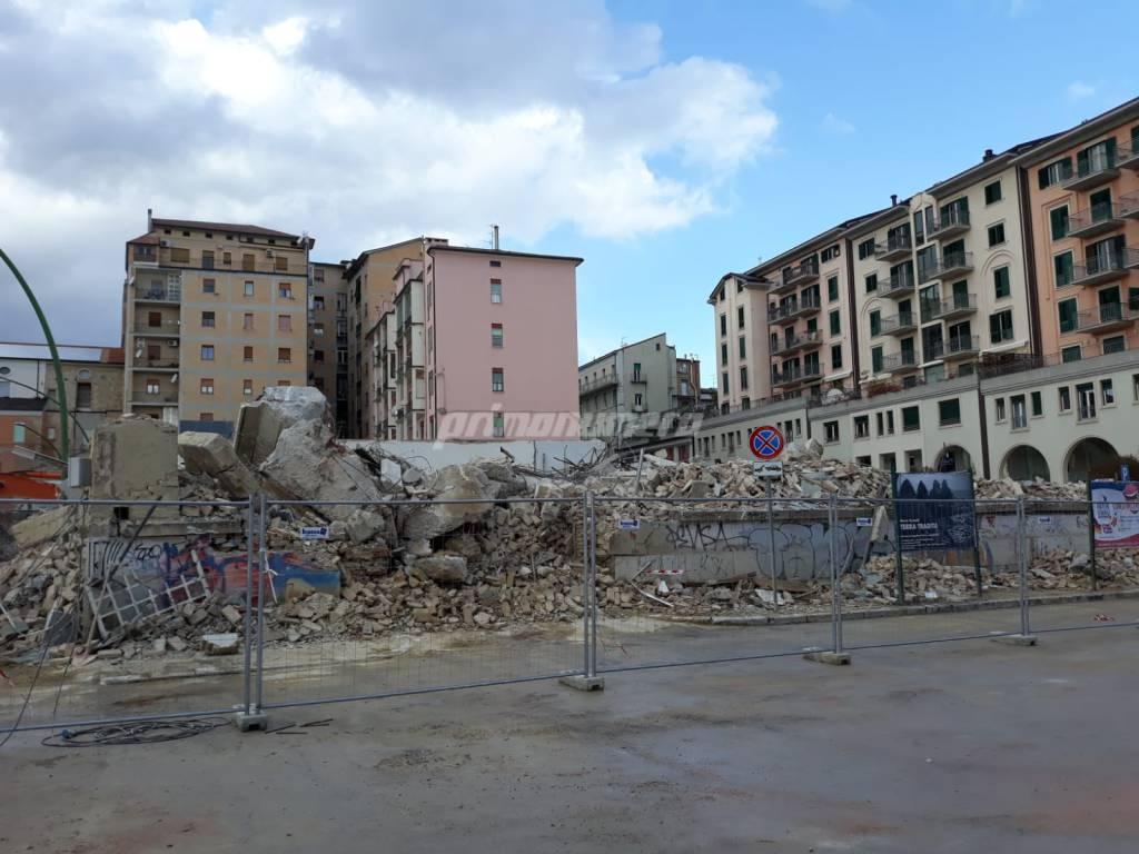 deposito-crollato-demolizione-record-144274