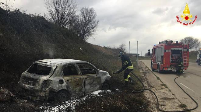 auto in fiamme Palata