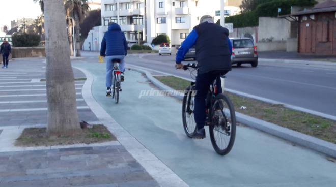 Lungomare gente bici