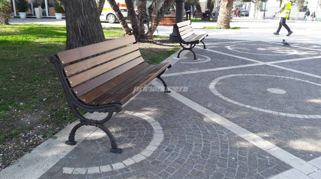 Nuove panchine in piazza monumento