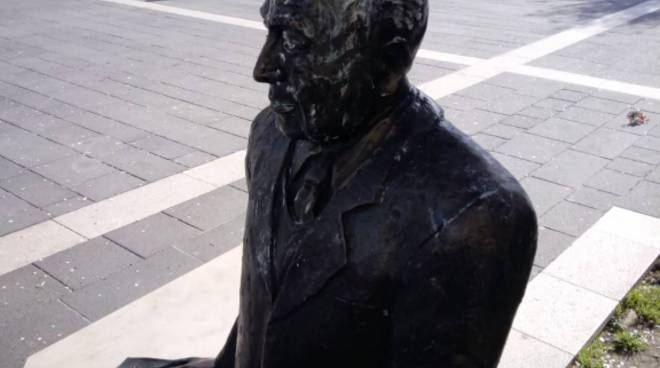 Statua Perrotta imbrattata