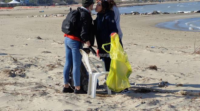 amici-ripuliscono-la-spiaggia-146798
