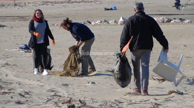 amici-ripuliscono-la-spiaggia-146808