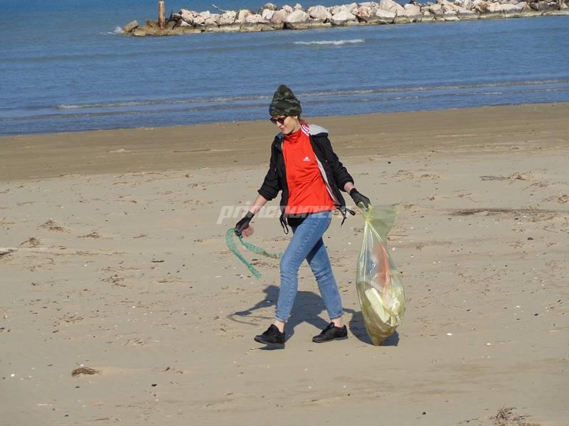 amici-ripuliscono-la-spiaggia-146814