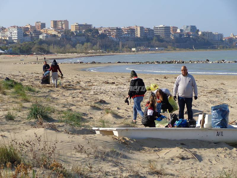 amici-ripuliscono-la-spiaggia-146816