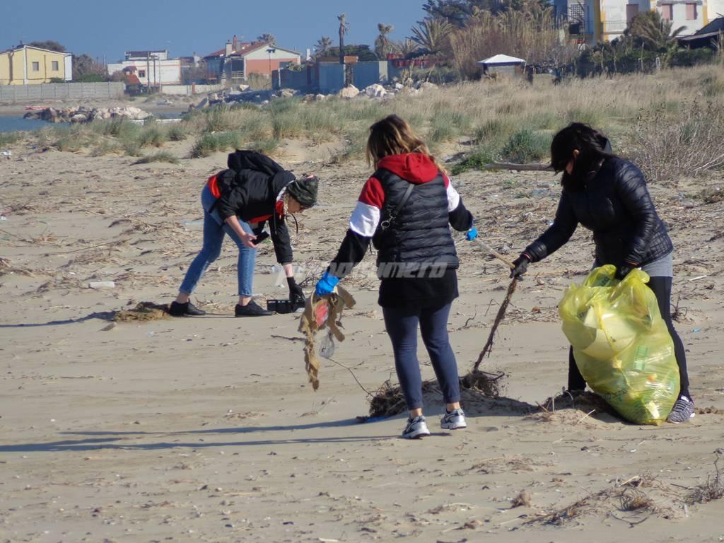 amici-ripuliscono-la-spiaggia-146817