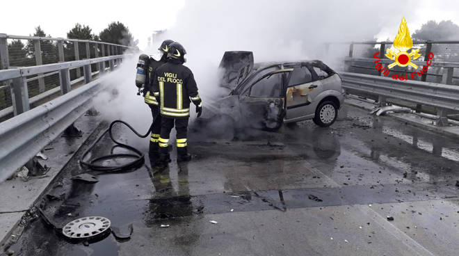 auto-fuoco-vigili-147935