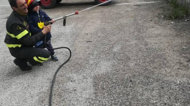 vigili fuoco con i bambini