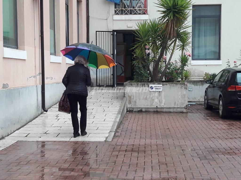 Al voto con l'ombrellone