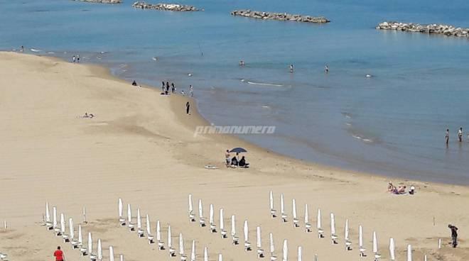 Gente in spiaggia 24 maggio
