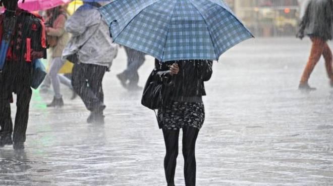 donna ombrello pioggia