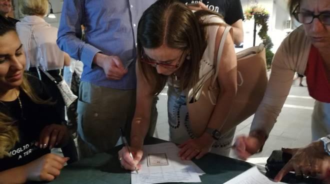 Molinari foto firma petizione punto nascite