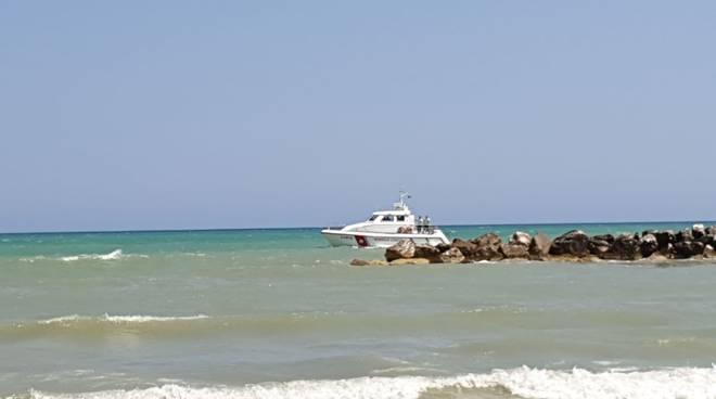 salvataggio in spiaggia principio di annegamento