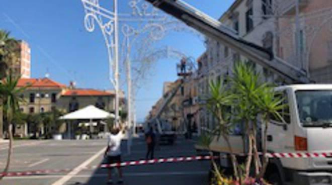 montaggio luminarie piazza Monumento